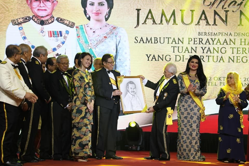 Artsy Daphy presenting Sarawak minister Taib Portrait to TYT during his Birthday